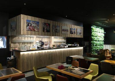 Bar et mur végétalisé
